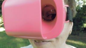 Ojo fabuloso y de la diversión enorme a través de la lente de los vidrios de VR metrajes