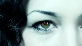 Ojo femenino con tecnología metrajes