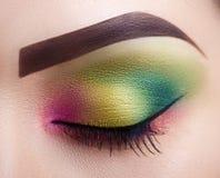 Ojo femenino del maquillaje profesional brillante Primer Maquillaje perfecto Foto de archivo libre de regalías