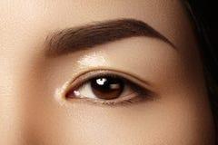 Ojo femenino hermoso con la piel limpia, maquillaje diario de la moda Cara modelo asiática Forma perfecta de la ceja Fotos de archivo