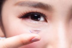 Ojo humano y lente de contacto Foto de archivo libre de regalías