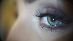 Ojo macro de la muchacha con maquillaje hermoso almacen de video