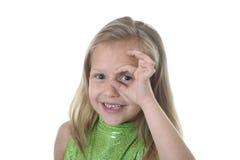 Ojo que circunda de la niña linda en las partes del cuerpo que aprenden el serie de la carta de la escuela Fotos de archivo libres de regalías