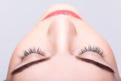 Ojo y frentes cerrados femeninos con maquillaje del día Fotos de archivo
