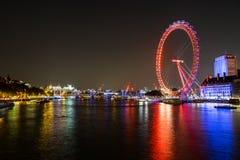 Ojo y río Thames de Londres en la noche Imagen de archivo libre de regalías
