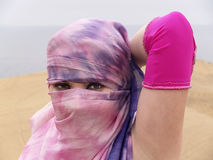 Ojos árabes del bailarín con un velo imagen de archivo libre de regalías