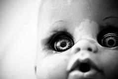 Ojos asustadizos de la muñeca Fotos de archivo