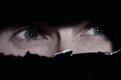 Ojos asustadizos de un espionaje del hombre imagen de archivo libre de regalías