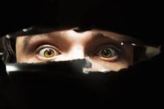Ojos asustadizos de un hombre Fotos de archivo