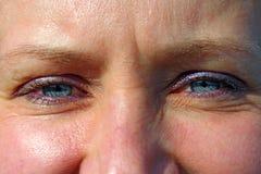 Ojos azules femeninos Cara del cierre atractivo de la mujer para arriba imagen de archivo libre de regalías