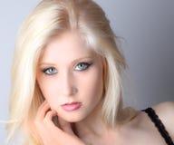 Ojos azules, labios rosados Foto de archivo