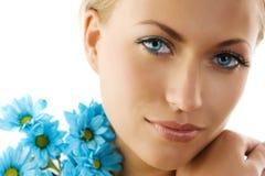 Ojos azules y margarita azul imagen de archivo