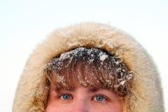 Ojos azules y pelo de la mujer bajo nieve Fotografía de archivo