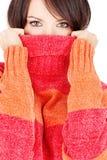 Ojos bonitos de una mujer en suéter de las lanas imagenes de archivo