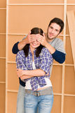 Ojos cerrados de los pares felices jovenes de la nueva casa Foto de archivo