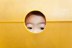 Ojos curiosos de los niños fotografía de archivo libre de regalías