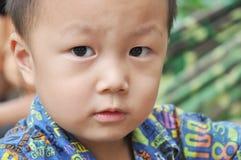 Ojos curiosos en la cara de un muchacho foto de archivo libre de regalías