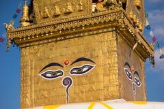 Ojos de Buddha Ojos de la sabiduría de Buda en Swayambhunath Stupa después del terremoto, Katmandu, Nepal Foto de archivo