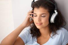 Ojos de la música de la colegiala que escuchan cerrados Imagenes de archivo