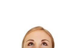 Ojos de la mujer joven que miran para arriba Fotos de archivo libres de regalías