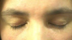 Ojos de la mujer que cierran la expresión deprimida opressed dolor humano metrajes
