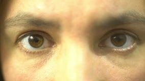 Ojos de la mujer que cierran la expresión deprimida opressed dolor humano almacen de metraje de vídeo
