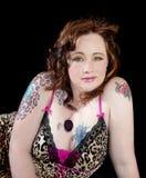 Ojos de oro llamativos y tatuajes de la mujer hermosa fotografía de archivo libre de regalías