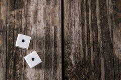 Ojos de serpiente - dados en el fondo de madera de la tabla fotos de archivo libres de regalías