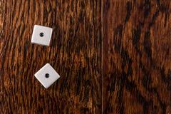 Ojos de serpiente - dados en el fondo de madera de la tabla fotos de archivo