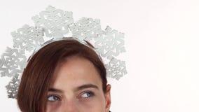 Ojos de una venda de los copos de nieve de la mujer que lleva, disfrutando de vacaciones de invierno almacen de metraje de vídeo