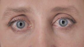 Ojos del centelleo de la mujer envejecida almacen de metraje de vídeo