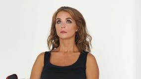 Ojos del centelleo de la mujer del retrato mientras que maquillaje en estudio de la belleza Mujer centellante del retrato con la  almacen de metraje de vídeo