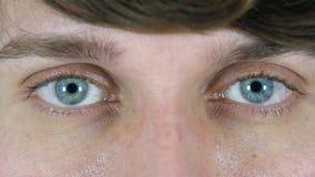 Ojos del centelleo del hombre, cierre para arriba almacen de metraje de vídeo