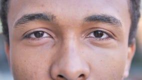 Ojos del centelleo del hombre africano metrajes