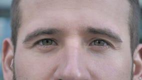 Ojos del centelleo del hombre joven almacen de metraje de vídeo