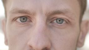 Ojos del centelleo del hombre joven casual metrajes
