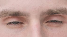 Ojos del centelleo del hombre joven metrajes