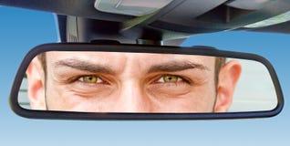 Ojos en un espejo de coche fotos de archivo