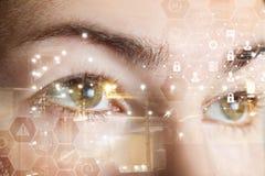 Ojos femeninos humanos detrás de un sistema de seguridad cibernético del peine imagen de archivo