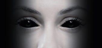 Ojos malvados de la hembra Foto de archivo