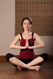 Ojos meditating de la mujer oriental joven cerrados Imagen de archivo libre de regalías