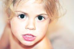 ojos oscuros del niño fotografía de archivo