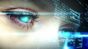 Ojos que miran el interfaz olográfico con el texto almacen de metraje de vídeo