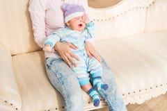 Ojos recién nacidos cansados del frotamiento del bebé Imagen de archivo