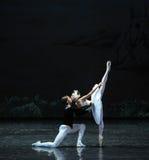 Ojta和王子富感情的亲吻这天鹅湖边芭蕾天鹅湖 免版税库存照片