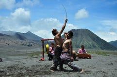 Ojung ist eine Kampfkunst mit Rattanstöcken durchgeführt von den Fachleuten in Osttimor 2019 lizenzfreies stockfoto