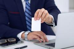 Okänd affärsman eller advokat som ger ett affärskort, medan sitta på tabellen, närbild Honom erbjudande partnerskap Arkivbild