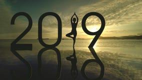Okänd kvinna med numret 2019 på stranden arkivbild