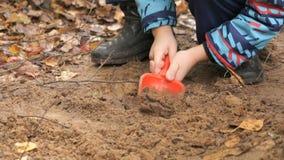 Okänt barn som spelar med sand i sandlåda lager videofilmer