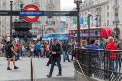 Okänt folk på den near ingången för Piccadilly cirkus av London under Fotografering för Bildbyråer